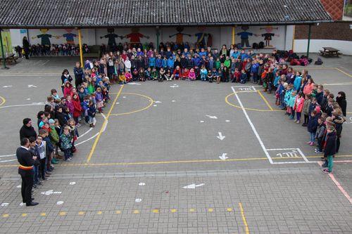 Minuut stilte slachtoffers Brussel school Bunsbeek foto 1