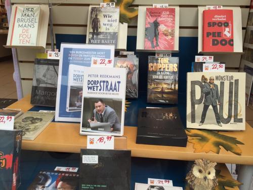 Boek in vitrine boekhandel