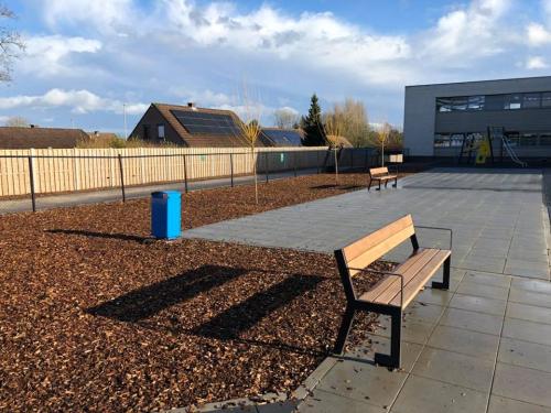Nieuwe zitbanken voor gemeenteschool foto 1