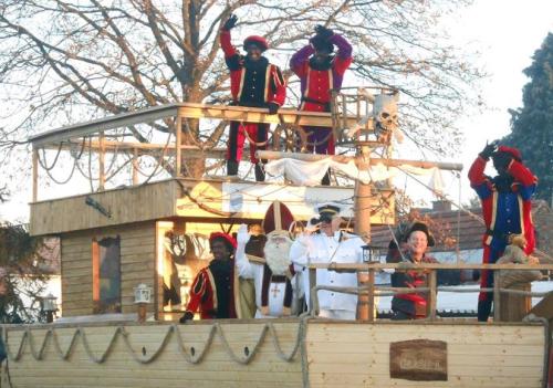 Sinterklaas bezoekt scholen met boot op wielen foto 3b