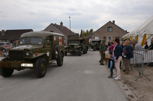 Optocht militaire voertuigen en tentoonstelling WO II 29 april 2 035