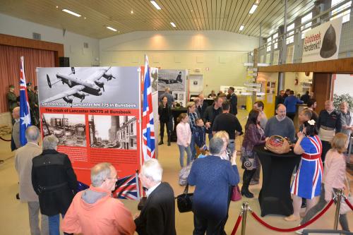 Optocht militaire voertuigen en tentoonstelling WO II 29 april 2 077