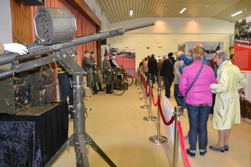 Optocht militaire voertuigen en tentoonstelling WO II 29 april 2 083