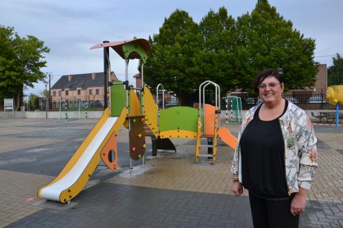 Schepen Hilde Holsbeeks bij de nieuwe speeltuigen op dorpsplein Bunsbeek