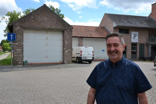 Schepen Hans Hendrickx aan oude garages aan gemeentehuis