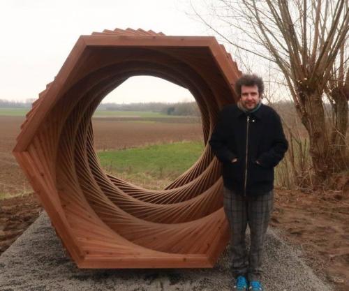 Frederik Vaes bij kunstwerk