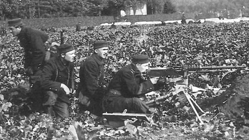 Foto soldaten in een wachtpost bord massagraf 30 soldatenb