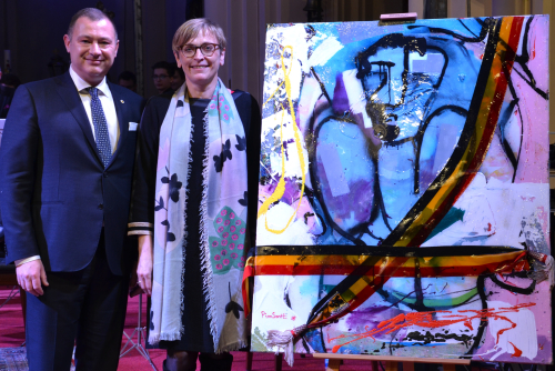 Peter Reekmans en Karin Genoe met het kunstewerk voor het goede doel