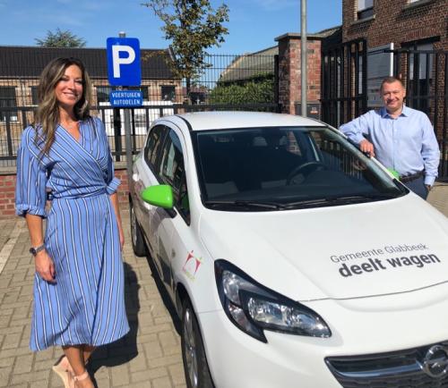 Burgemeester en gemeenteraadslid Katrien Vanherck lanceren autodelen in Bunsbeek