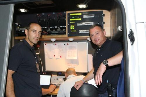 Burgemeester Peter Reekmans en commissaris operaties Kurt Marcoen in de mobiele commandowagen tijdens de Strandfuif