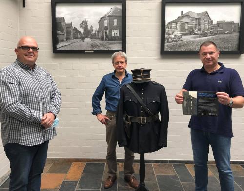 Uniform veldwachter op de foto zoon Dirk Degeest  Jo Peeters van het museum en burgemeester Peter Reekmans