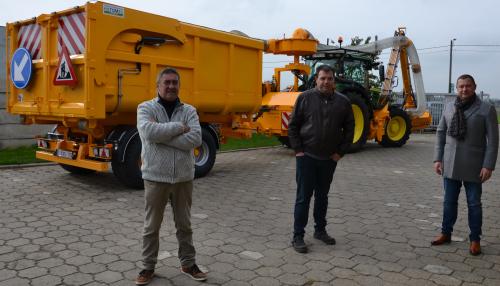 Nieuwe tractor met maaiarm peter kris hans b