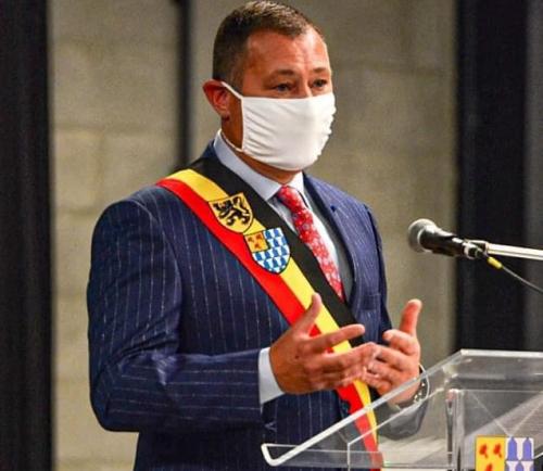 Burgemeester met mondmasker b