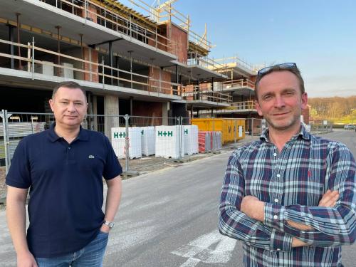 Burgemeester Peter Reekmans en middenstandsschepen aan hun nieuw handelspand