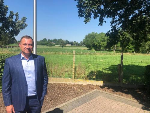 Burgemeester Peter Reekmans aan de locatie van de nieuwe sociale woonwijk De Melkroos