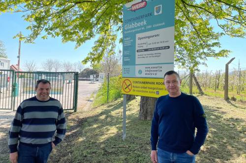 Burgemeester en schepen Kris Vanwinkelen aan containerpark Glabbeek