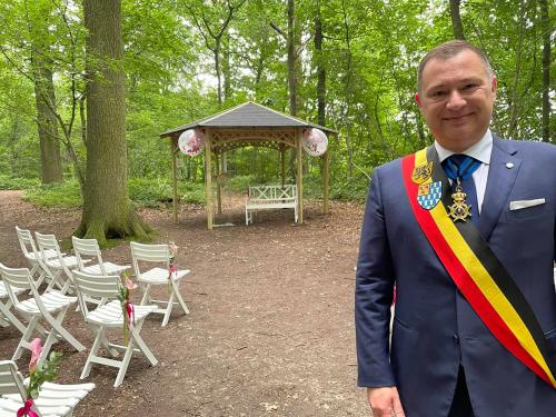 Burgemeester in verniewd trouwbos
