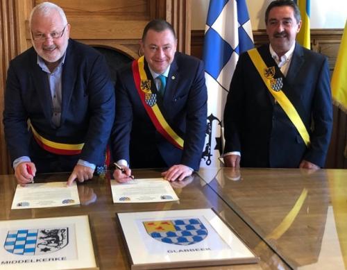 Burgemeesters Dedecker en Reekmans samen met schepen Hendrickx